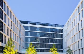 Außenansicht eines Hotels mit Glas- und Stahlkonstruktion