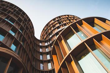 Strukturiertes Bürogebäude aus Stahl und Glas von außen